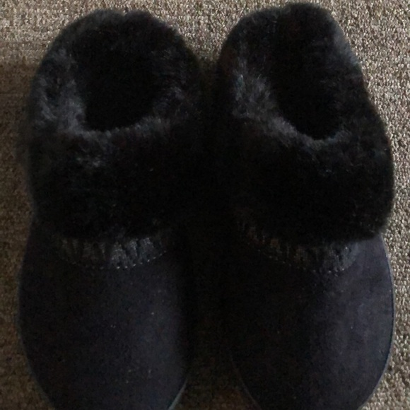 Woman's Isotoner slippers size 6.5-7 black